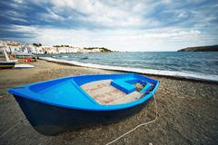 Blått fartyg mot havsikt fotografering för bildbyråer