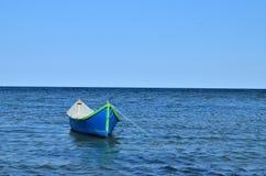 Blått fartyg på havet Royaltyfria Foton