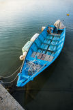 Blått fartyg på sjön Royaltyfri Foto