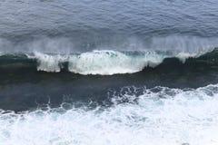 Blått flåshurtigt hav Vågorna av havformen mycket vitt skum arkivfoton