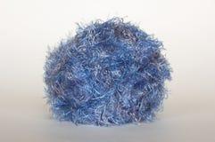 blått fluffigt garn Arkivfoto