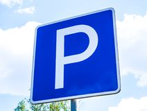 Blått fyrkantigt parkeringsplatstecken royaltyfri fotografi