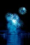 Blått fyrverkeri i en natthimmel Arkivfoto