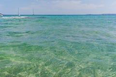 Blått gör klar havsvatten Le Lavandou - semesterdestination i franc fotografering för bildbyråer