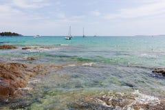 Blått gör klar havsvatten Le Lavandou - semesterdestination i franc royaltyfri foto