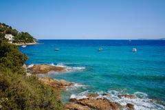 Blått gör klar havsvatten Le Lavandou - semesterdestination i franc royaltyfri fotografi