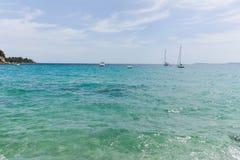 Blått gör klar havsvatten Le Lavandou - semesterdestination i franc royaltyfri bild