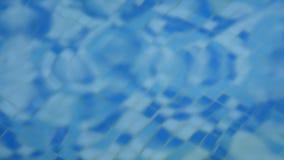 Blått gör klar krusigt vatten i simbassängen långsam rörelse stock video