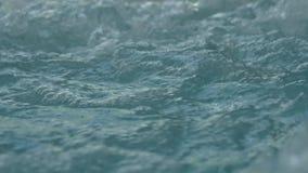 Blått gör klar krusigt vatten med bubblor i bubbelpool långsam rörelse stock video