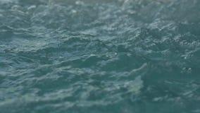 Blått gör klar krusigt vatten med bubblor i bubbelpool långsam rörelse lager videofilmer