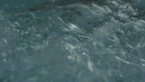Blått gör klar krusigt vatten med bubblor i bubbelpool långsam rörelse arkivfilmer