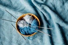 Blått garn i liten korg med visare och virkning Royaltyfri Bild