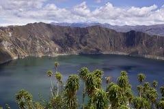 Blått grön lake i den Quilotoa vulkan Arkivfoton