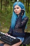 Blått-haired musikerflicka Arkivbild