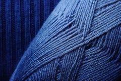 Blått handarbete dragar skeinen Arkivfoto