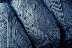 Blått handarbete dragar Skeins arkivbild