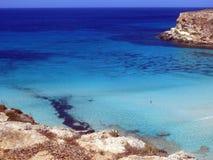 BLÅTT hav av den LAMPEDUSA ön i Italien Royaltyfri Foto