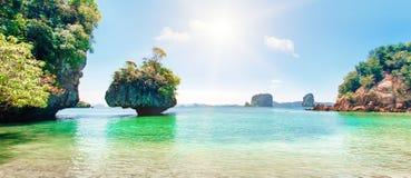 Blått hav, blå himmel och tropisk strand för paradis Fotografering för Bildbyråer