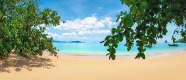 Blått hav, blå himmel och tropisk strand för paradis Royaltyfria Foton