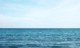 blått hav eller hav med himmel royaltyfri foto
