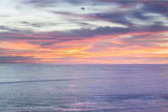 Blått hav eller hav under solnedgångbakgrund Arkivbilder