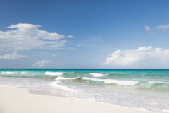 Blått hav eller hav, vit sand och himmel med moln Royaltyfri Fotografi