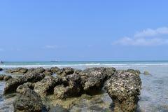 Blått hav för bakgrund på den Sichang ön Royaltyfri Fotografi