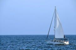 Blått hav för segelbåt Arkivbilder