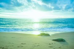 Blått hav i morgonsoluppgångbakgrund Royaltyfria Bilder