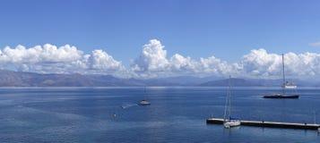 Blått hav @ Korfu Arkivfoton