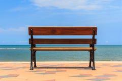 Blått hav, långa trästolar på den tropiska stranden. Royaltyfria Foton