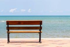Blått hav, långa trästolar på den tropiska stranden på blå himmel. Royaltyfria Foton