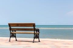 Blått hav, långa trästolar på den tropiska stranden på blå himmel Royaltyfria Bilder