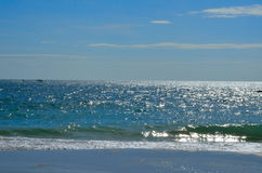 Blått hav med blå himmel Arkivbilder