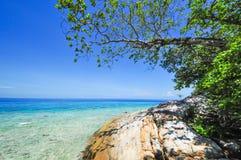 Blått hav med blå himmel på den Tachai ön Thailand Arkivbild