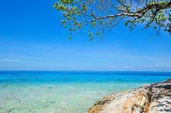 Blått hav med blå himmel på den Tachai ön Thailand Fotografering för Bildbyråer