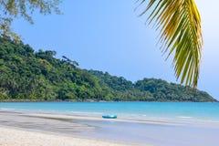 Blått hav med den härliga vita sandstranden royaltyfri foto