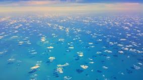 Blått hav med mycket små moln arkivbild
