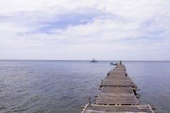 Blått hav med skeppet och träpirlandskap Romantisk tonat foto för sjösida sikt Arkivbild