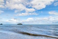 Blått hav med vågor och blå himmel för frikänd med cloud& x28; hav våg, hav Fotografering för Bildbyråer