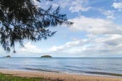 Blått hav med vågor och blå himmel för frikänd med cloud& x28; hav våg, hav Royaltyfria Foton