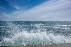 Blått hav med vågor och himmel med moln Arkivbild