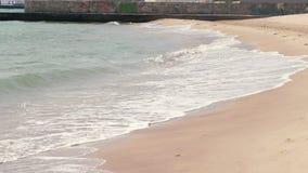 Blått hav med vågor med solen i gryningen