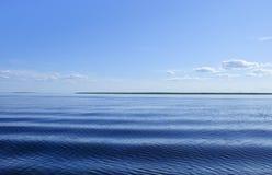 Blått hav med waves och skyen Royaltyfri Bild