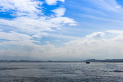 Blått hav och blå himmel med moln Fotografering för Bildbyråer