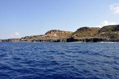 Blått hav och karakteristiska grottor av Cala Luna Golfo di Orosei Sardegna eller Sardinia Italien Royaltyfria Foton
