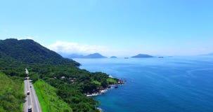 Blått hav och underbara landskap Hav för Angra DOS Reis, Rio de Janeiro stat av Brasilien Underbart hav och väg lager videofilmer