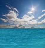 Blått hav under solljuslandskap Arkivfoto