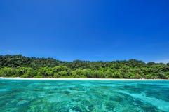 Blått havfrikändvatten och blå himmel på den Tachai ön Thailand Royaltyfria Bilder
