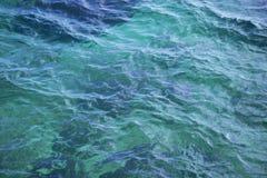 Blått havsvatten för bakgrund arkivbild